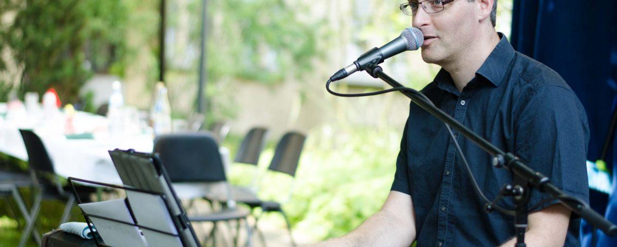 Martin Glönkler spielte beim Sommerfest 2016 im Evangelischen Stift Freiburg wieder deutsche Schlager und bekannte Melodien am Piano.