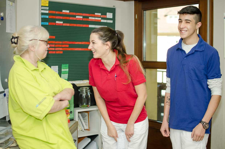 """""""Bei uns ist die Ausbildung nicht nur fundiert, sondern macht auch Spaß."""" Pflegefachkräfte und ein BFDler in unserer Pflegeeinrichtung Haus Schloßberg."""