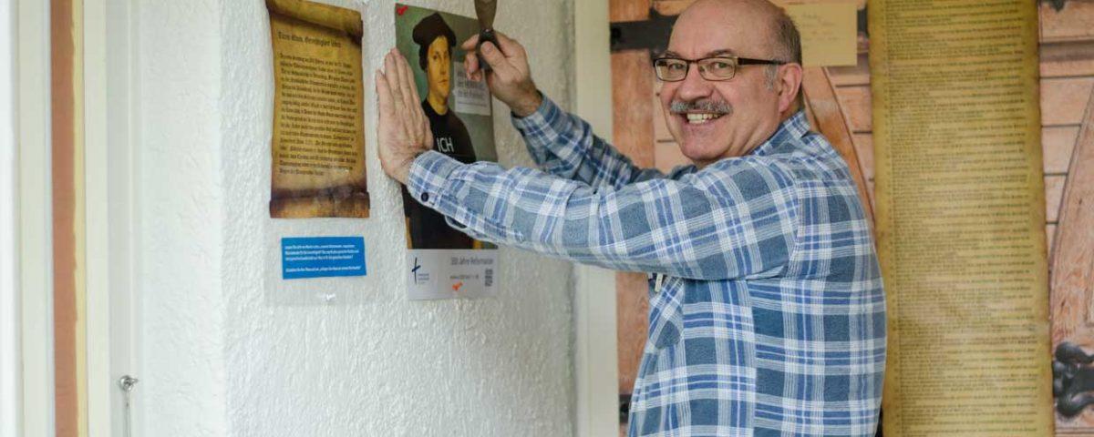 Unser Maler und Technischer Mitarbeiter, Alexander Perin, brachte die Thesen-Tür und die Infomaterialien an die Kapelle im Stiftspark an. Ohne seine tatkräftige Unterstützung wäre das Projekt nicht zu Stande gekommen.