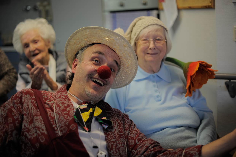 Alle zwei Wochen bringt der Clown im Haus Schloßberg die Bewohnerinnen und Bewohner zum Lachen und Nachdenken. Ebenso werden Angehörige und wenn möglich auch Pflege- oder Betreuungskräfte einbezogen. So entsteht hier oftmals ein gemeinsamer Raum geteilter Freude, eine Aufmunterung im alltäglichen Leben der pflegebedürftigen Bewohner und gleichzeitig eine gezielt therapeutische Wirkung. Seit November 2016 läuft dieses spendenbasierte Projekt und soll mit weiterer Unterstützung fortgeführt werden.