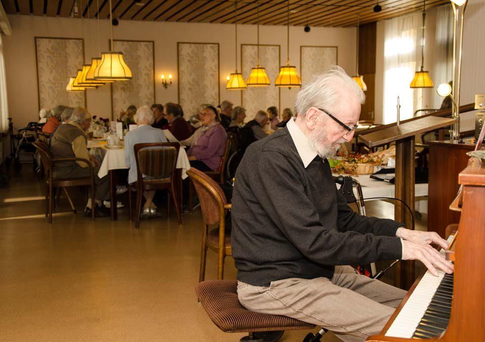 Am 9. Oktober feierte das Carl-Mez-Haus ein fröhliches Herbstfest. Nach einer Ansprache von Einrichtungsleiterin Sabine Oheim erfreuten sich die Bewohnerinnen und Bewohner am leckeren Zwetschgenkuchen und am gemeinsamen Singen. Paul Vogt, Bewohner des Hauses und Leiter des Singkreises, dirigierte und begleitete am Klavier Schlager und schöne Volkslieder.