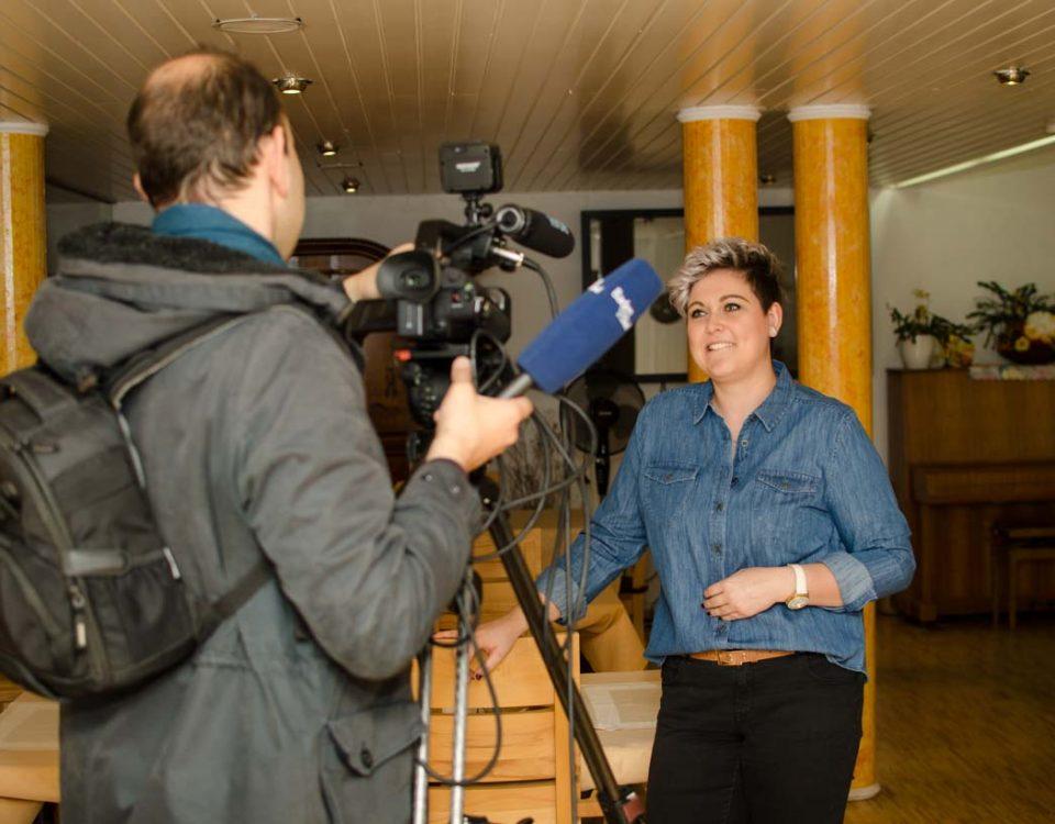Am 16. November 2017 war das Redaktionsteam von Baden TV Süd im Albert-Ria-Schneider-Haus und drehte einen Beitrag über das intergenerative Wohnen, das Zusammenleben von Studierenden und Senioren unter einem Dach.