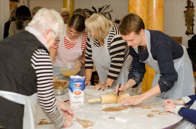 Im Albert-Ria-Schneider-Haus wohnen Studierende und Senioren gemeinsam unter einem Dach. Die Hausgemeinschaft ist sehr lebendig. Es finden regelmäßig Ausflüge und Veranstaltungen statt wie zum Beispiel das vorweihnachtliche Backen. Hier ein Foto vom 16.11.2017.