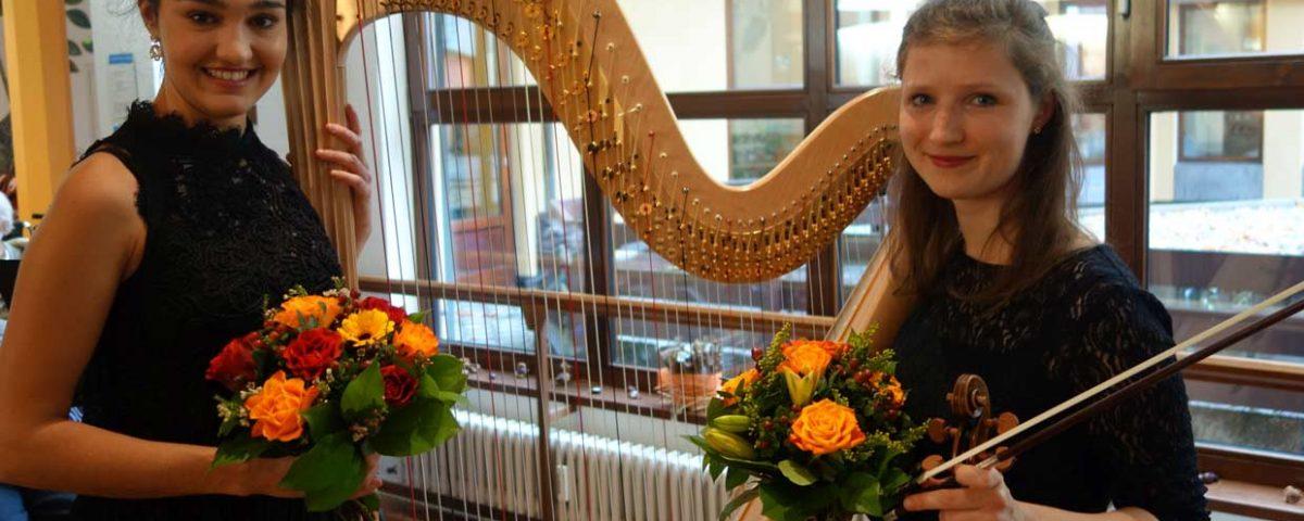 Am Freitag, den 17. November, um 15.00 Uhr lud die Begegnungsstätte zum Klassikkonzert ins Haus Schloßberg in Freiburg ein. Laura Mead (Violine) und Samira Memarzadeh (Harfe), Stipendiatinnen des Vereins Live Music Now, spielten Werke von Béla Bártok über J. S. Bach bis Camille Saint-Saëns.