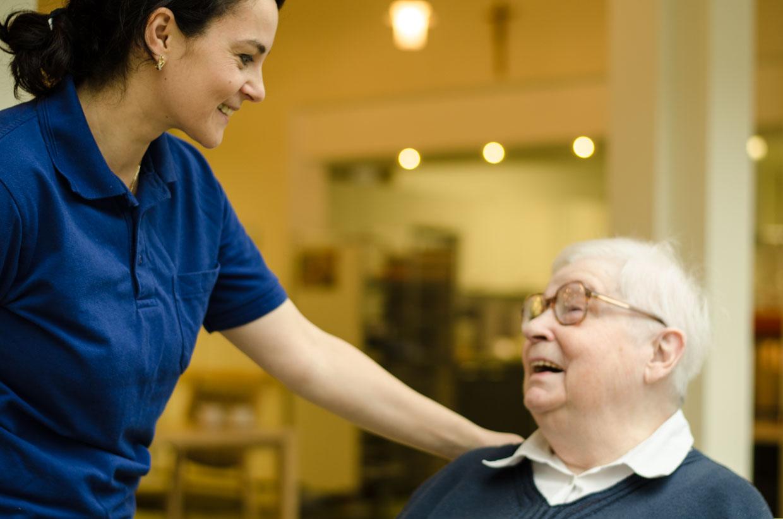 Seit Oktober 2017 absolviert die Geflüchtete Edlira Shyti ihre Ausbildung zur Altenpflege im Rahmen des Verbundprojekts