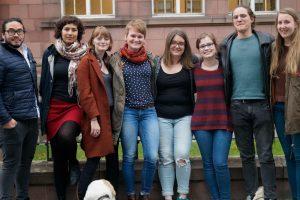 """Die Studierendeninitiative """"Generation Grenzenlos"""" hat es sich zur Aufgabe gemacht, den Austausch zwischen den Studierenden der Freiburger Hochschulen und den Seniorinnen und Senioren der Stadt Freiburg auszubauen. Ziel der Initiative ist die Förderung des Dialogs zwischen den Generationen als respektvolle Begegnung auf Augenhöhe. Teamfoto von Mai 2018"""