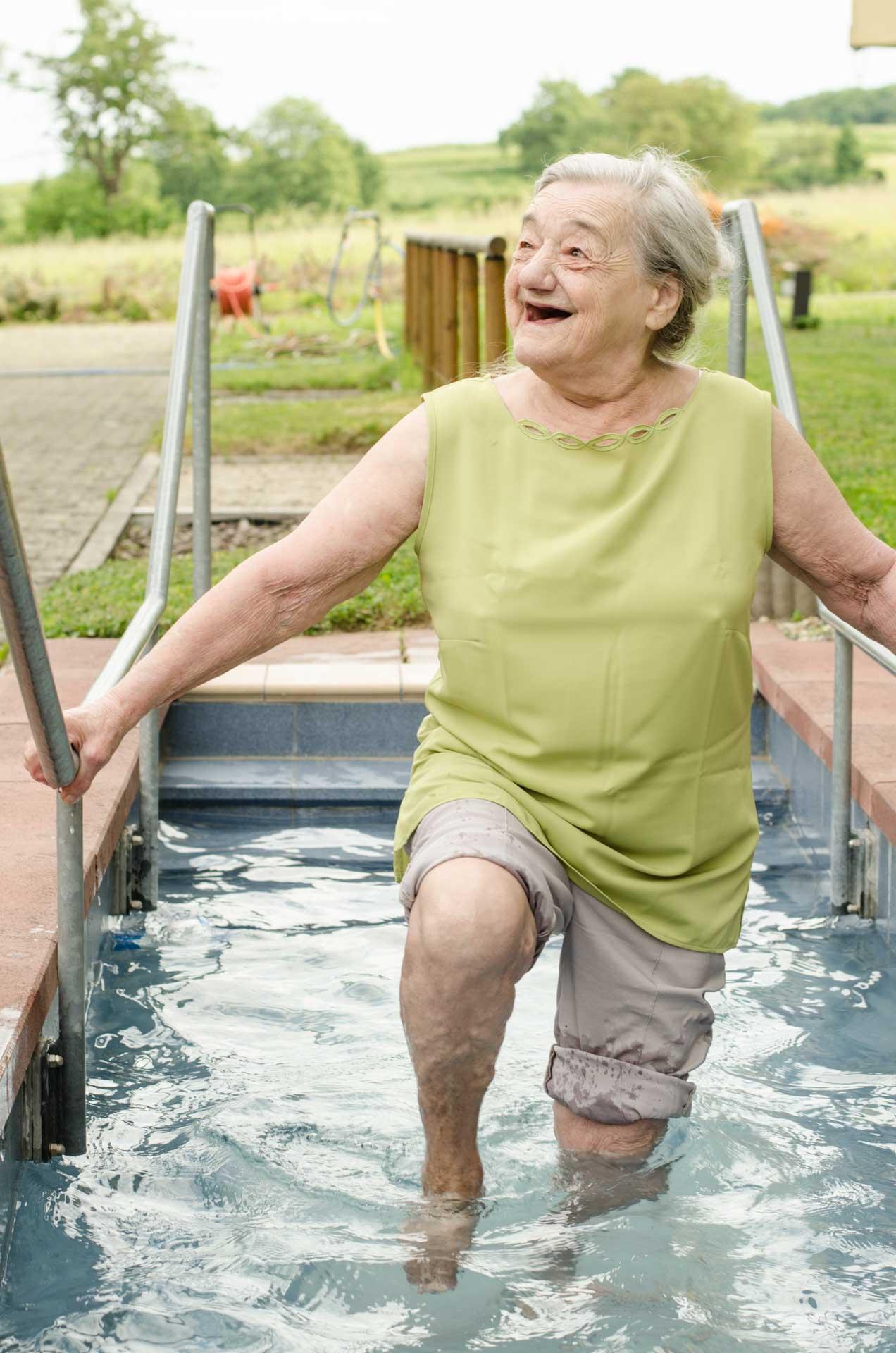 Das Seniorenheim Emmaus ist die einzige vom Kneipp-Bund anerkannte Pflegeeinrichtung in Baden-Württemberg. Kneipp-Anwendungen wie das Gehen durch das Kneipp-Becken sind zentraler Bestandteil des Betreuungskonzepts.
