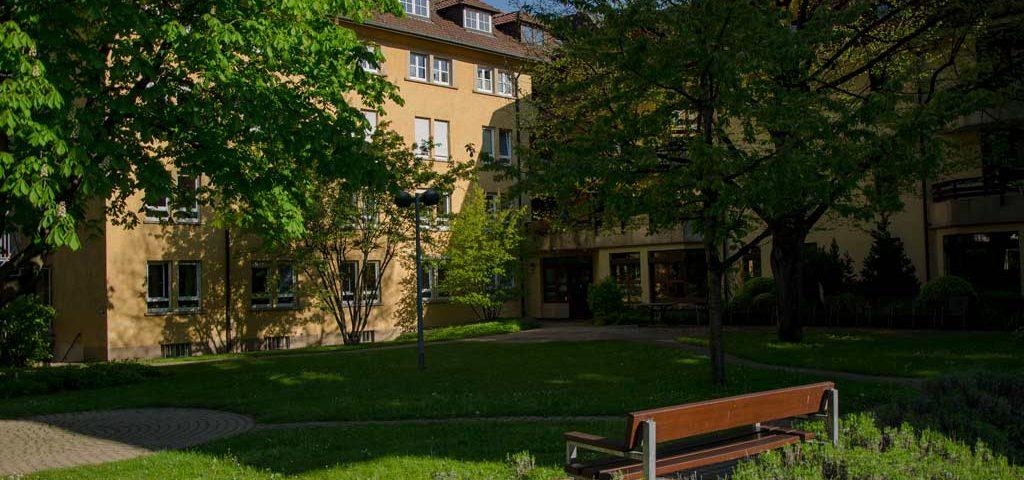 Im Carl-Mez-Haus bietet das Evangelische Stift Freiburg Betreutes Wohnen und Seniorenwohnen mit hochqualitativer Pflege und Betreuung in der Innenstadt Freiburgs an.