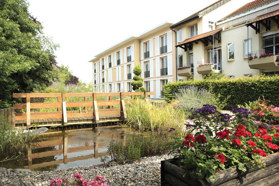 Die Pflegeeinrichtung der Stiftung Geschwister Wilhelm Nees in Linkenheim-Hochstetten bietet 110 Bewohnerinnen und Bewohnern in Dauer- und Kurzzeitpflege ein umsorgendes Zuhause.