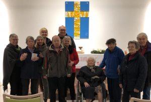 Projektteilnehmer Kunst und Kirche zu Besuch in der Stiftskapelle