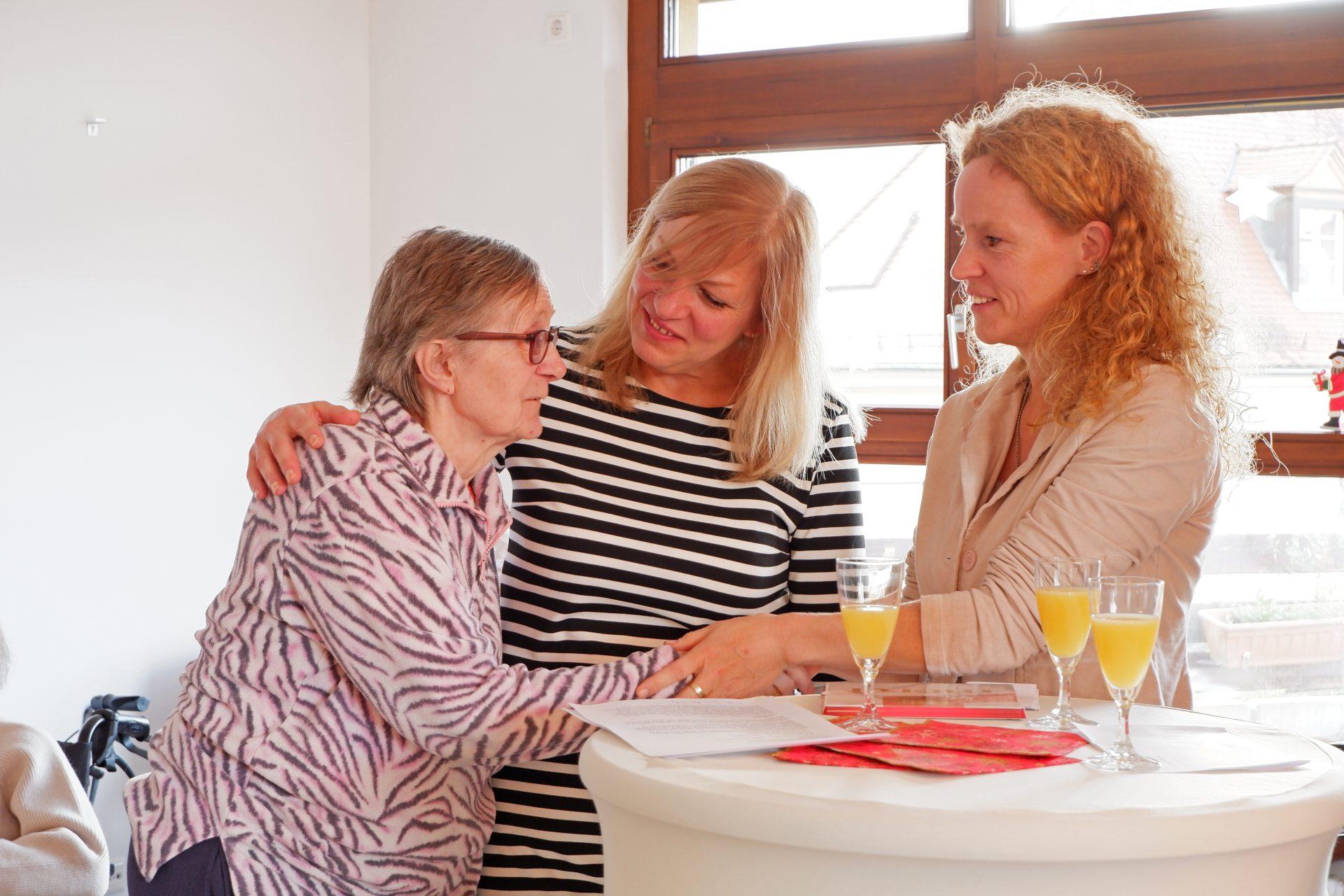 Bewohnerin Ulrike Scholz, Wohnbereichsleiterin Ulrike Haid und Heimleiterin Isabel Schweier (v.l.n.r.) freiten sich über die schönen, neuen Räume.