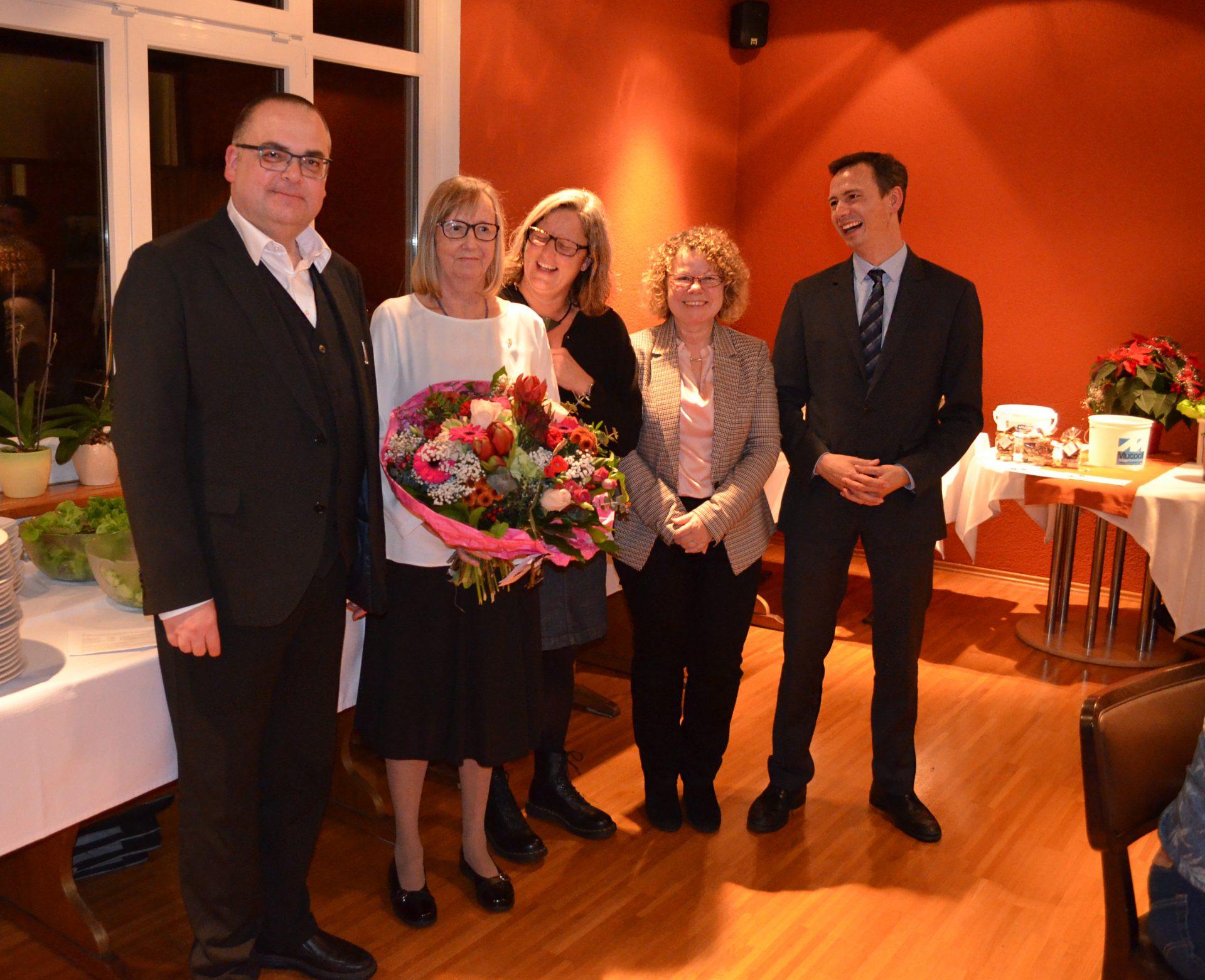 Carsten Jacknau (Vorstand i.E.), Antje Oberthür (Pflegedienstleitung), Erika Fuchs (Einrichtungsleitung) und Daniel Schies (kaufm. Direktor) (v.l.n.r.) gratulierten Ute Preiß