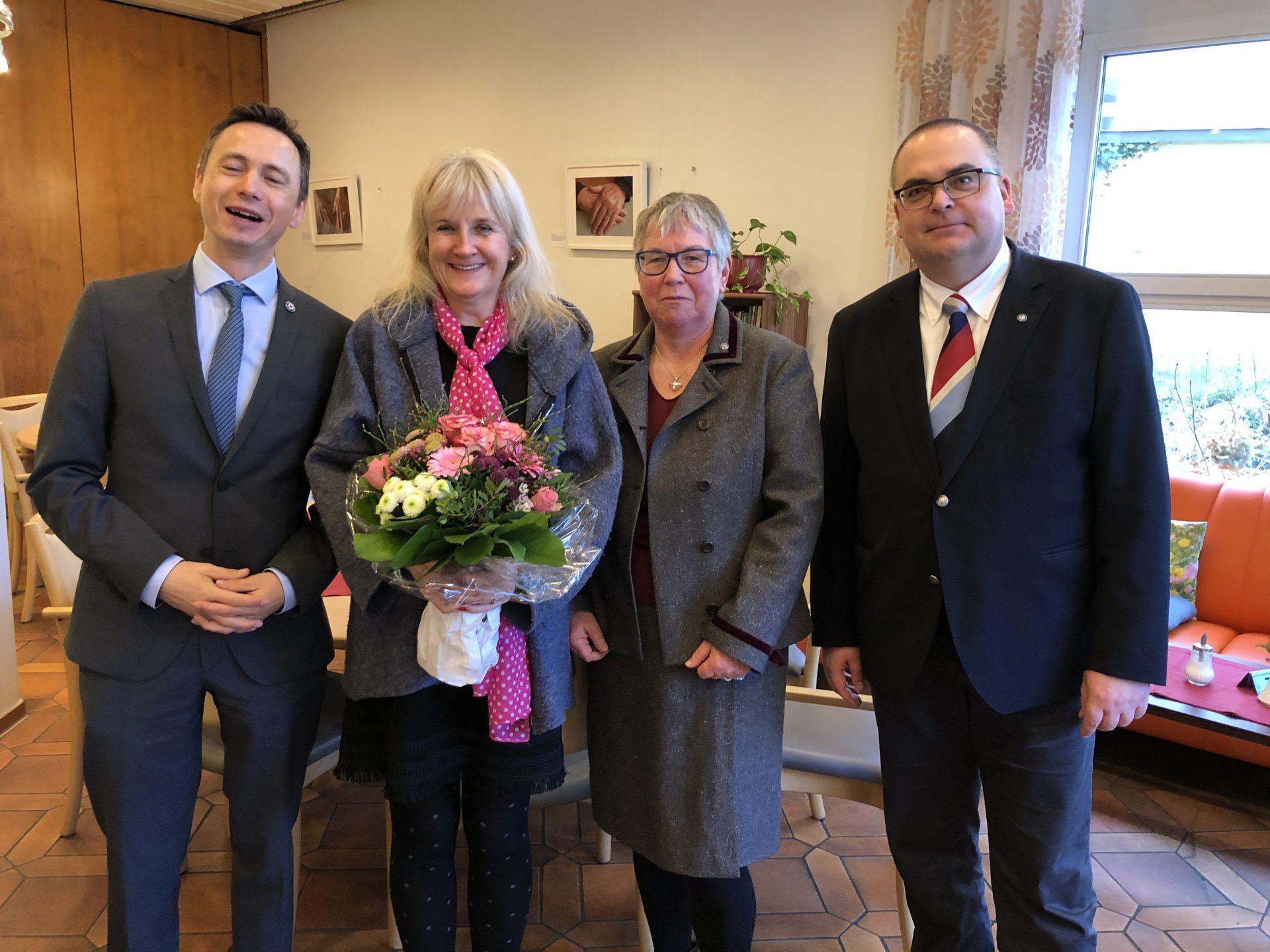 Kaufm. Direktor Daniel Schies, Stitspfarrerin Ulrike Oehler und Vorstand Carsten Jacknau (v.l.n.r) gratulierten Claudia Collet (Zweite von links)