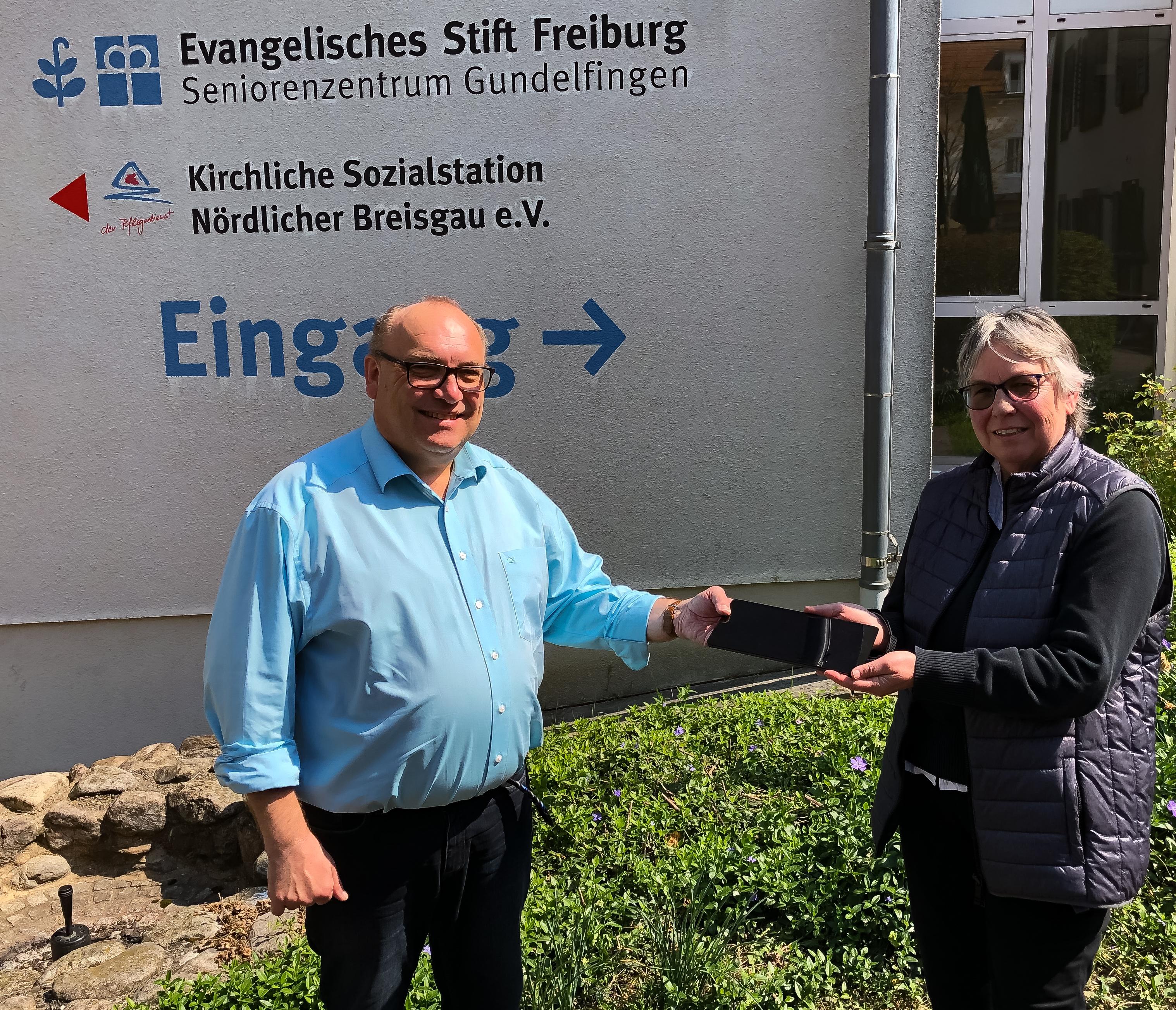 Übergabe des Tablets im Seniorenzentrum Gundelfingen: Pfarrerin Oehler (r.) überreichte das Tablet an Heimleiter Thomas Schellinger-Pusler (l.)