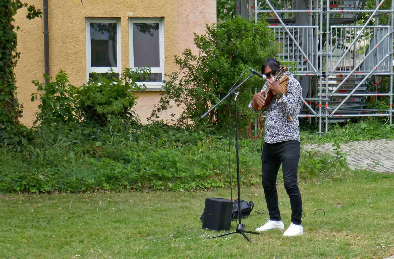 Musiker Samuel Vilca an der Panflöte