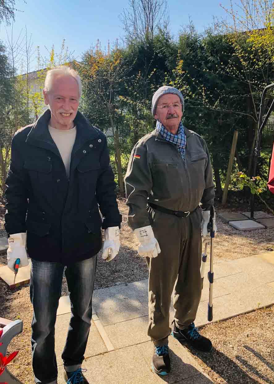 Walter Hörner (l.) und Siegfried Ketterer (r.) bei der Gartenarbeit