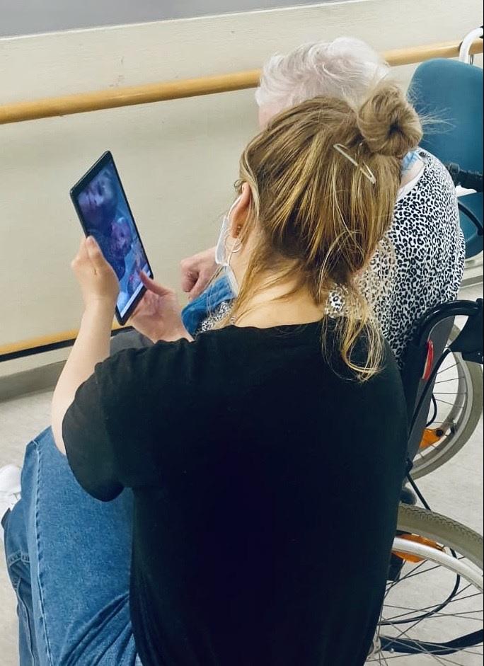Frau Nikolina Bravlic hilft den Bewohnerinnen und Bewohnern bei der Nutzung der Tablet im Seniorenzentrum Gundelfingen