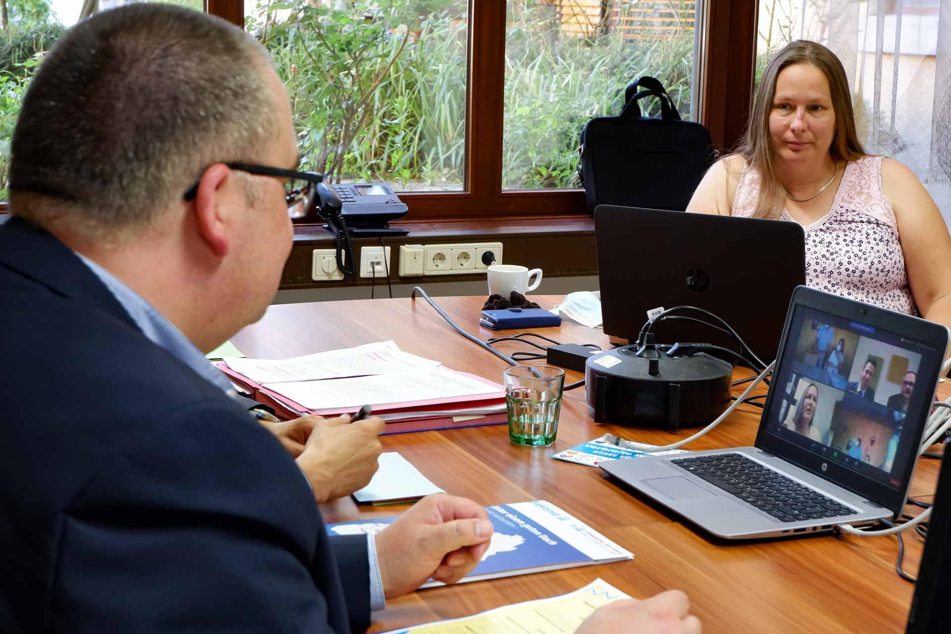 Vorstand Carsten Jacknau (l.) und Ilona Vincenz (r.) beim ersten virtuelle Meet and Greet des Evangelischen Stift Freiburg