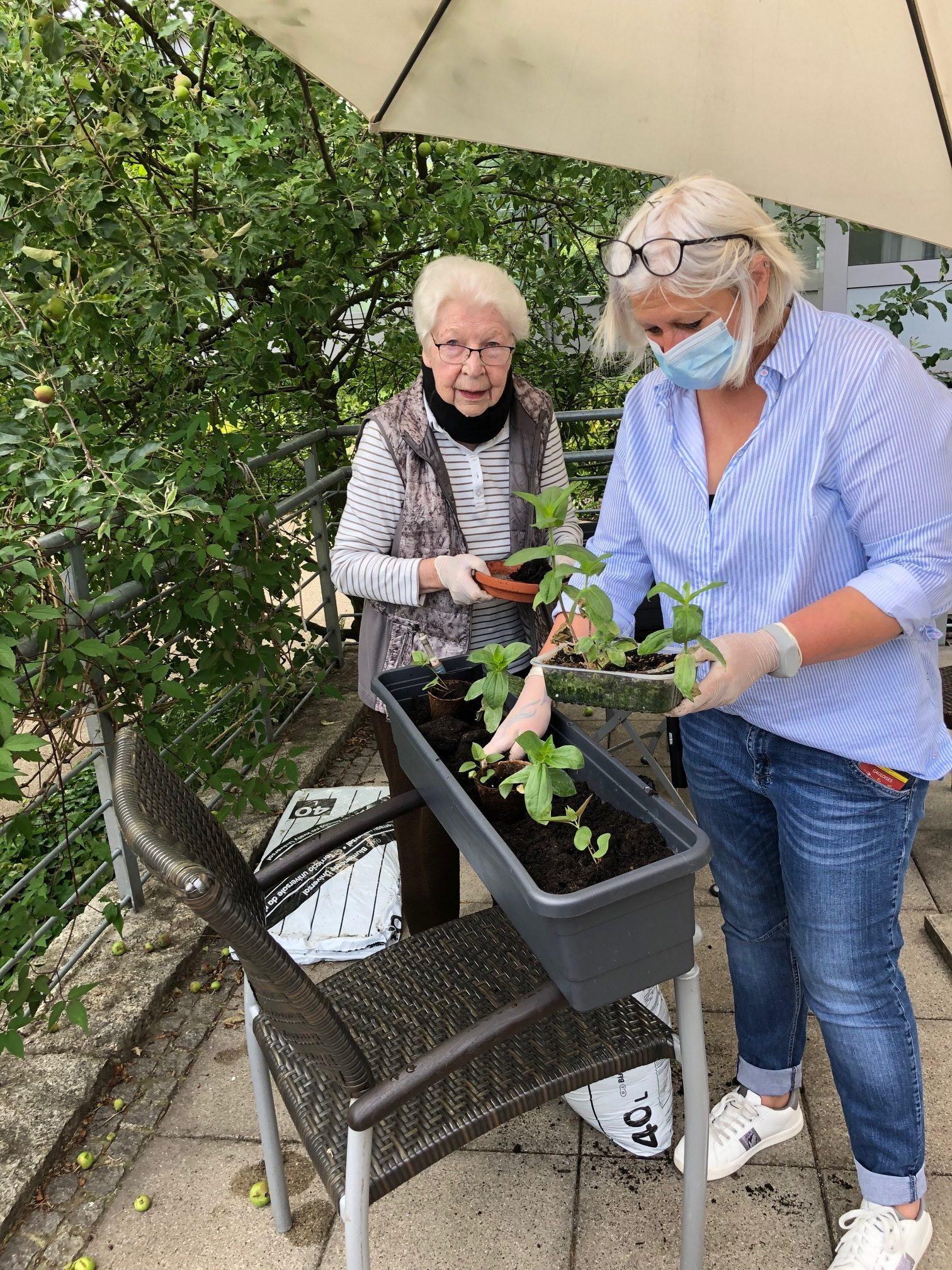 Beim Gartenprojekt von Daniela Rahlf-Brupbach blühen unsere Bewohnerinnen und Bewohner auf.