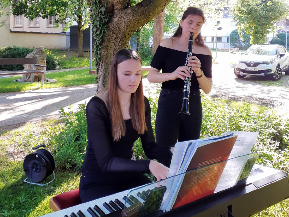 Klarinettistin Inga Meyer und der Pianistin Julie Sophie Kraeutle